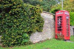 Typische englische Telefonzelle stockbilder