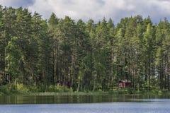 Typische Finse plattelandshuisjes in het hout, Punkaharju, Meerdistrict, Finland stock foto