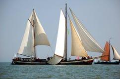 Typische Fischboote im Meer, die Niederlande Lizenzfreie Stockfotos