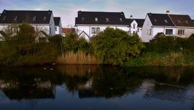 Typische flämische weiße Häuser Lizenzfreie Stockbilder
