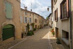Typische Franse smalle straat in Aquitaine Stock Foto's