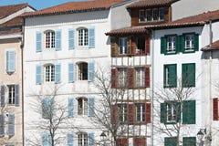 Typische Gebäudefassade Lizenzfreies Stockbild