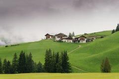Typische Gebirgshäuser auf einem Hügel in Alto Adige/südwärts in Tirol, Italien stockfotografie