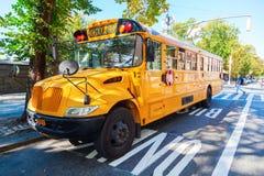 Typische gele de schoolbus van NYC in Manhattan, NYC Stock Foto's