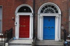 Typische Georgische deuropeningen in Dublin Stock Foto's