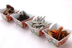 Typische getrocknete Nahrungsmittel für japanischen Suppenvorrat Stockfotografie