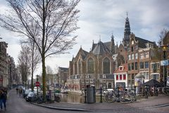 Typische giebelige Häuser auf Damrak-Straße in Amsterdam, Holland, die Niederlande stockfotos