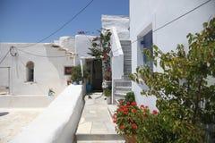 Typische griechische Inselstraße in Tinos, Griechenland stockbild