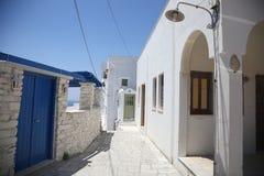 Typische griechische Inselstraße in Tinos, Griechenland lizenzfreies stockbild