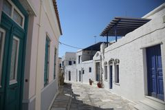 Typische griechische Inselstraße in Tinos, Griechenland lizenzfreie stockbilder