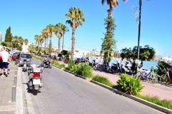 Typische Griekse straat door het overzees met palmen en fietspad Koseiland, Griekenland Stock Afbeeldingen