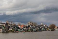 Typische Häuser des Zaanse Schans in Holland, die Niederlande Stockfotos