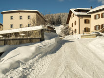Typische Häuser in einem Bergdorf im Engadine Lizenzfreie Stockbilder