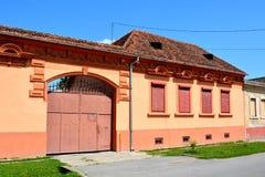 Typische Häuser im Dorf Verschlusspfropfen, Siebenbürgen Lizenzfreie Stockfotos