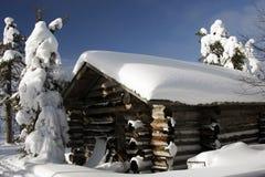 Finnisches Haus an einem sonnigen Wintertag Stockbild