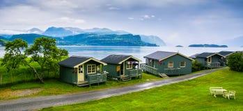 Typische hölzerne rorbu oder Fischer ` s Häuser in Norwegen lizenzfreie stockfotos