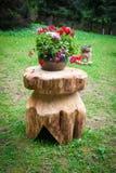 Typische hölzerne rustikale Blumenunterstützung Stockbilder