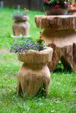 Typische hölzerne rustikale Blumenunterstützung Stockbild