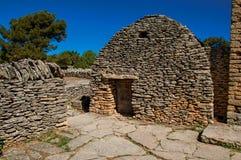 Typische Hütte gemacht vom Stein mit sonnigem blauem Himmel, im Dorf von Bories, nahe Gordes Lizenzfreies Stockbild