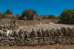Typische Hütte gemacht vom Stein mit ummauertem Zaun und sonnigem blauem Himmel, im Dorf von Bories, nahe Gordes Lizenzfreie Stockfotografie