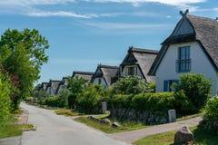 Typische het noorden Duitse met stro bedekte huizen op het Duitse eiland Poel stock foto