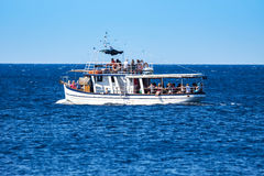 Typische het reizen boot op Adriatische overzees, Kroatië 23 augustus, 2016 Stock Fotografie