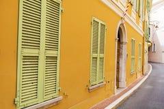 Typische hoofdstraat in oude stad in Monaco in een zonnige dag stock afbeeldingen