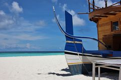 Typische houten boot op het strand, de Maldiven stock afbeelding