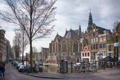 Typische huizen met puntgevel op Damrak-straat in Amsterdam, Holland, Nederland Stock Foto's