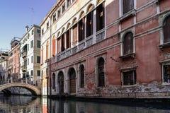 Typische huizen op de straten van Venetië stock foto