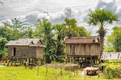 Typische huizen in platteland in Kambodja stock afbeeldingen