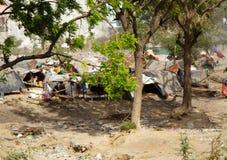 Typische indische Elendsviertel auf den Stadtränden lizenzfreies stockbild