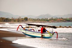 Typische indoneisan Boote nannten jukung auf dem Strand von Lovina, B Stockbilder
