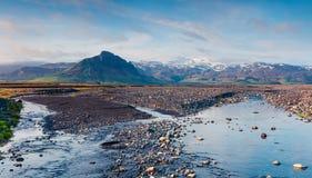 Typische isländische Landschaft mit reinem Wasserfluß Lizenzfreie Stockbilder