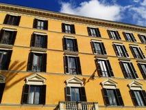 Typische Italiaanse de bouwvoorgevel Stock Afbeeldingen