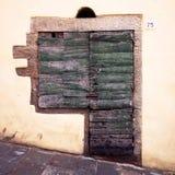 Typische Italiaanse houten antieke venster en deur, gescherpt graniet Stock Foto's