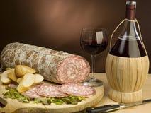 Typische Italiaanse salami en rode wijn Royalty-vrije Stock Fotografie