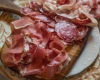 Typische Italiaanse salami van hierboven royalty-vrije stock afbeeldingen
