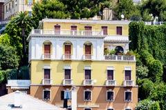 Typische italienische Gebäude mit antiken Fenstern in Verona Stockfotos