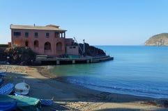 Typische italienische Küstenansicht Stockbilder