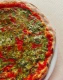 Typische italienische Pizza mit Tomaten- und Nesselgemüse Lizenzfreie Stockfotos