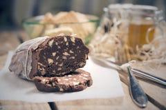 Typische italienische süße Schokolade der Salami lizenzfreie stockbilder