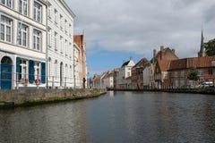 Typische kanaalscène in Brugge/Brugge, België die middeleeuwse gebouwen tonen die het water overzien stock foto