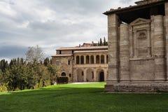 Typische kerk in montepulciano van Toscanië stock afbeeldingen