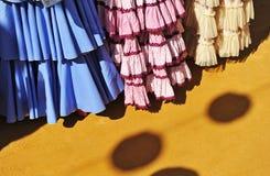 Typische Kleider, ehrlich in Sevilla, Andalusien, Spanien Lizenzfreie Stockfotos