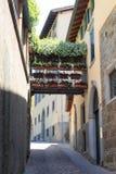 Typische kleine Gasse mit Blumen in der oberen Stadt Citta Alta von Bergamo Stockfotografie