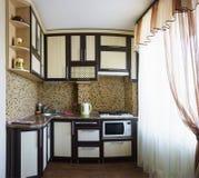Typische kleine keuken in een oud standaardhuis met een groot helder venster royalty-vrije stock fotografie