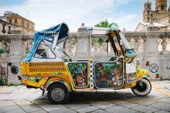 Typische kleurrijke taxis voor toeristen Royalty-vrije Stock Afbeeldingen