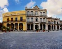 Typische koloniale gebouwen in Oud Havana plein Stock Afbeelding