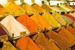 Typische kruiden op verkoop in Turkse markten bij stock foto's